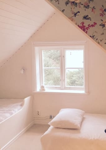 Cosy bedroom with a double bed on the floor and a 120 cm built-in-bed. Peaceful and very quiet.