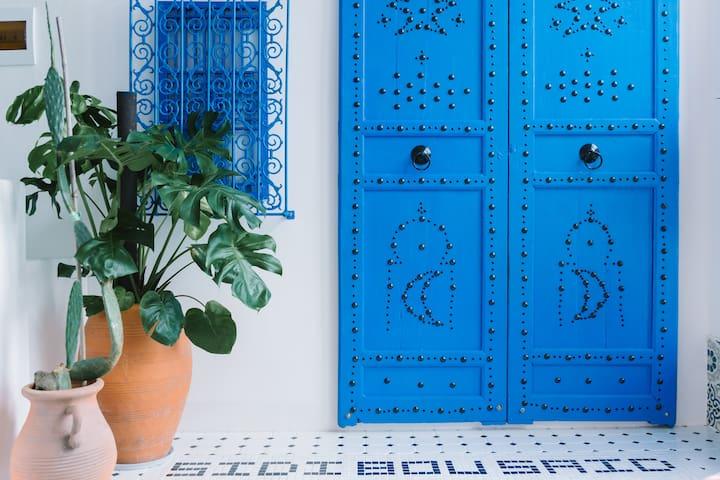 房东手工电焊、刷漆、钉上墙的铁花窗,手工拼花的大门。