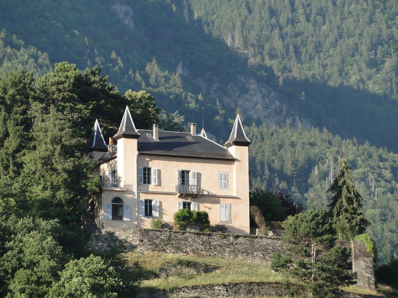 Le château des Tours domine la vallée.
