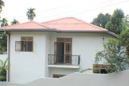 Great Location close to Airport and City Nice Home