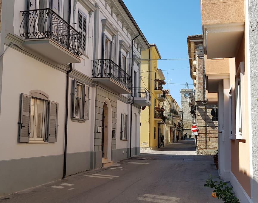 La facciata e il Corso di Rocca San Giovanni