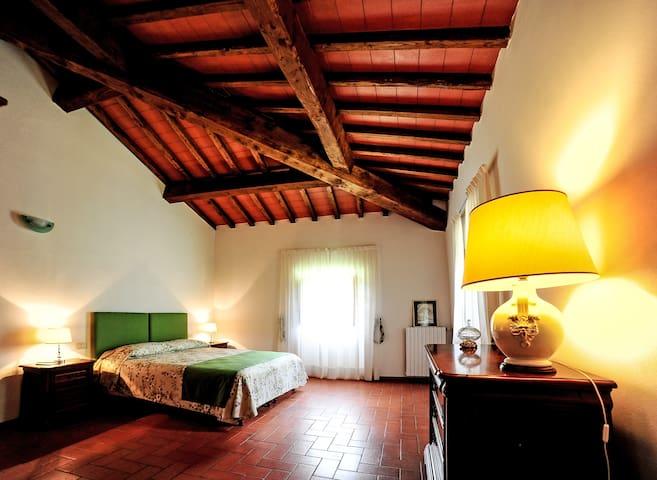1^ camera matrimoniale, appartamento 1' piano con vista piscina, completa di biancheria da letto e bagno privato