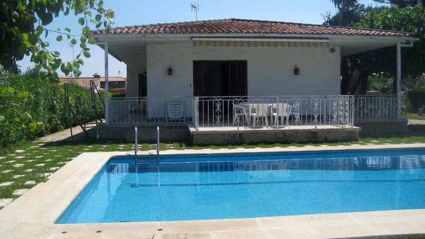 AT096 BABILONIA: House with a large garden and pool 650 m from the beach