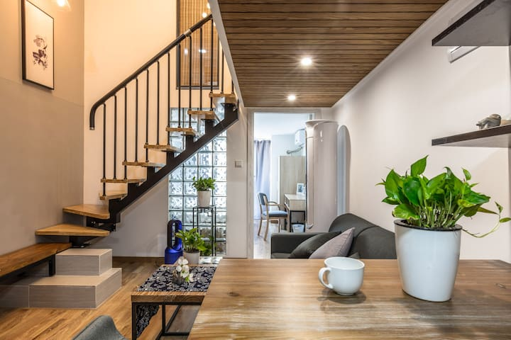 地铁口的原木纯色复式整栋公寓@30分钟地铁直达武康路