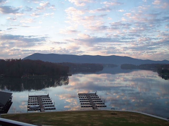 Waterfront luxury 6BR at Smith Mountain Lake - Huddleston