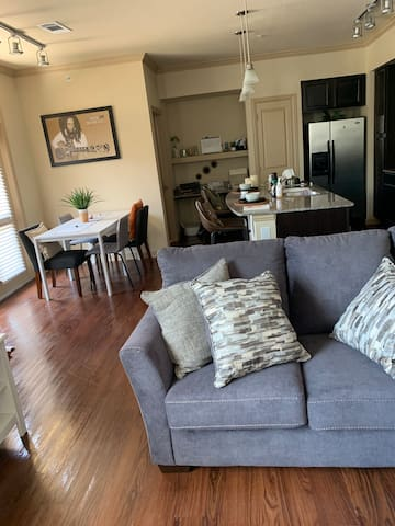 Cozy one bedroom loft only 15 min from Sugarland