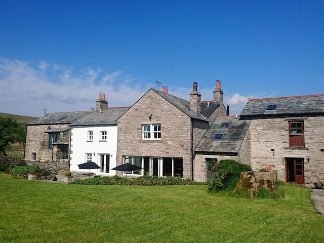 STREET FARM, pet friendly, with hot tub in Ravenstonedale, Ref 942952