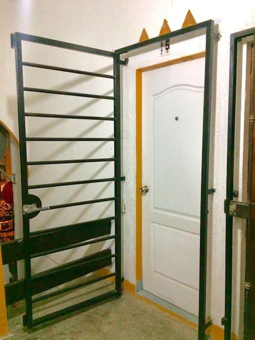 puerta de acceso con proteccion