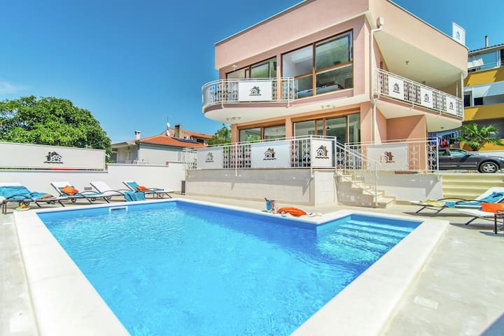Modern villa with private pool and jacuzzi, center and beach within walking distance