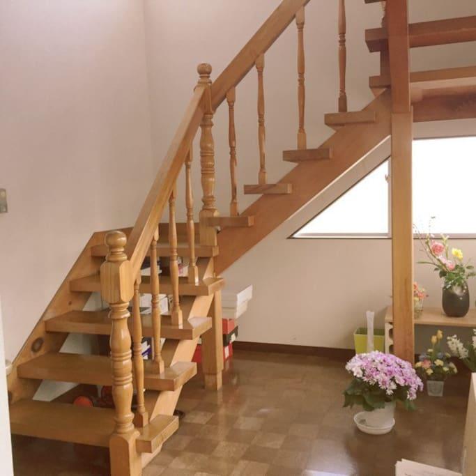 明るい吹き抜けの階段を上ると宿泊の方向けのお部屋があります。