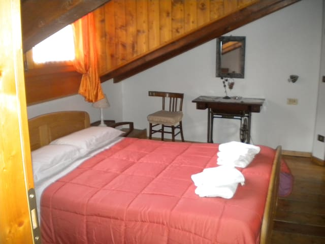 "Double Room ""Mansarda Arancione"" - Tione di Trento - Bed & Breakfast"