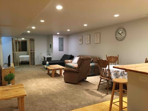 Apt on quiet culdesac.Minutes from Hwy 83 & I-94