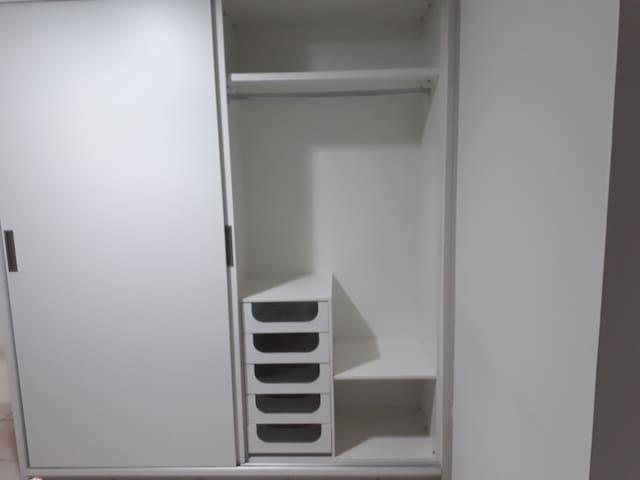 Suite 2 - Uma bicama e armário.