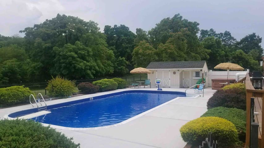 Country Paradise with Hot Tub, Pool & Game Room!!