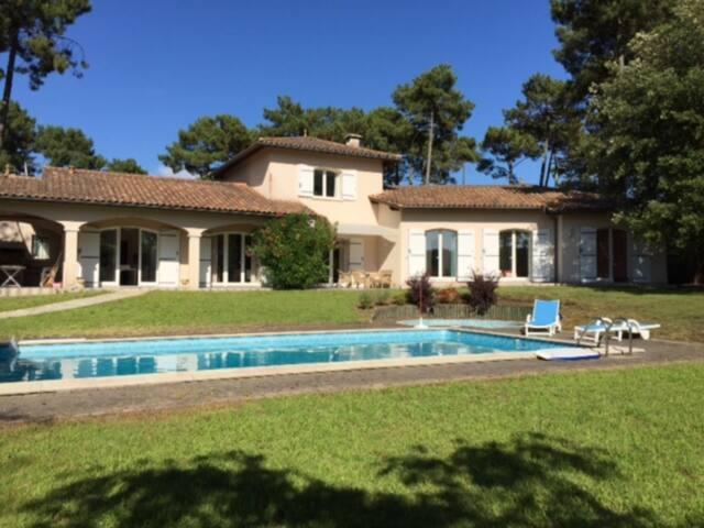 Belle villa avec piscine située dans un quartier résidentiel sur les hauteurs du lac 7001