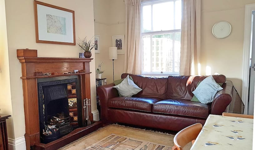 Alpha Cottage -Short walk to beach, Sleeps 4. WIFI