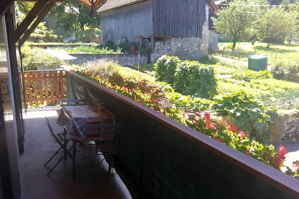Grand balcon avec vue sur le jardin et sur les montagnes