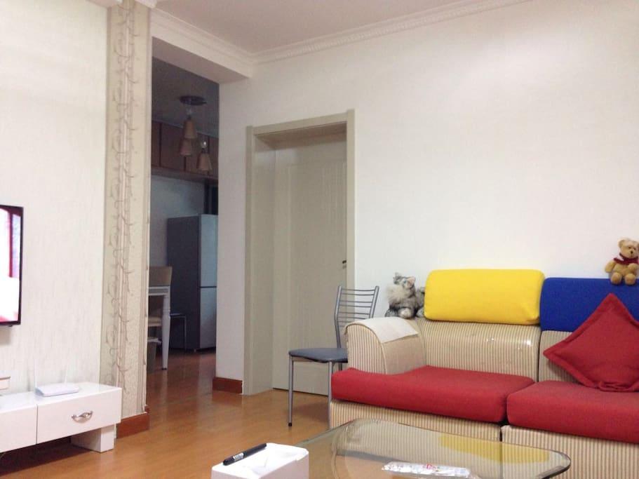 客厅通往厨房和其中一个卧室