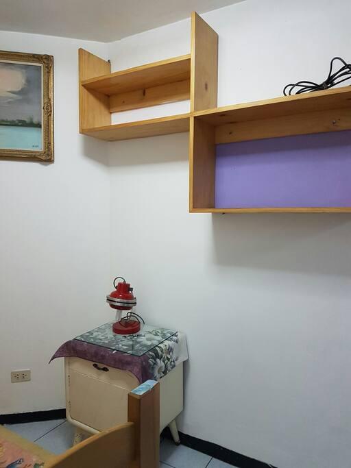 Mesa de noche y estantes incluidos