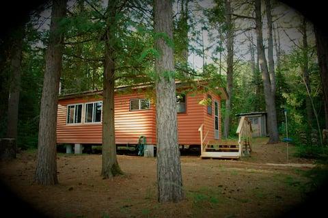 A casa de campo privada rústica e à beira do lago de Tom
