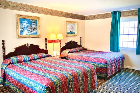 Pilgrim Inn: Room 103, 2 Queen Beds