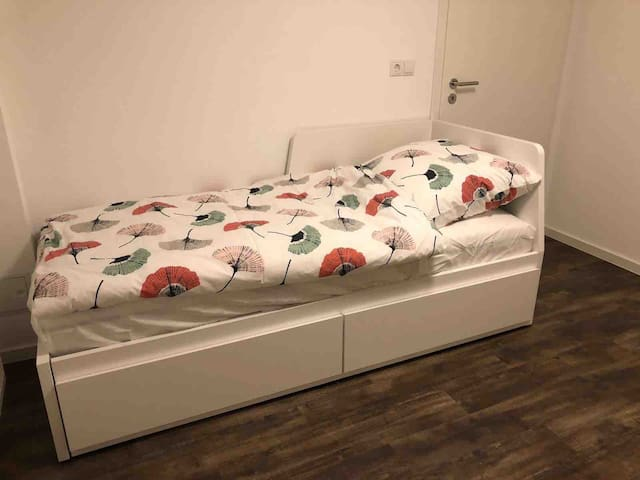 Kleines Schlafzimmer mit Platz für 3 Betten