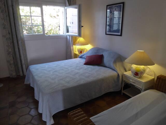 Schlafraum mit 140x200 Bett