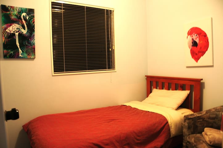 Between Airport & CBD - Small Room