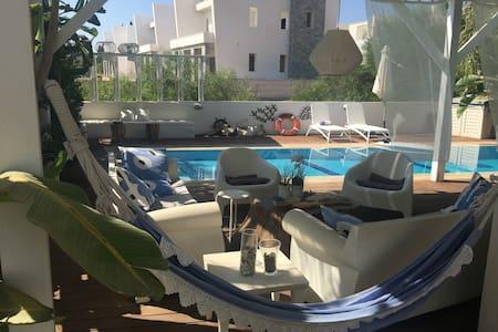 Riverland 3 bedroom beach house-luxury villa