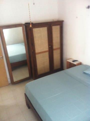 Habitación con cama king size, aire acondicionado, TV, closet-