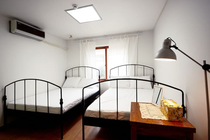 Clean and comfortable bed for family or freinds.