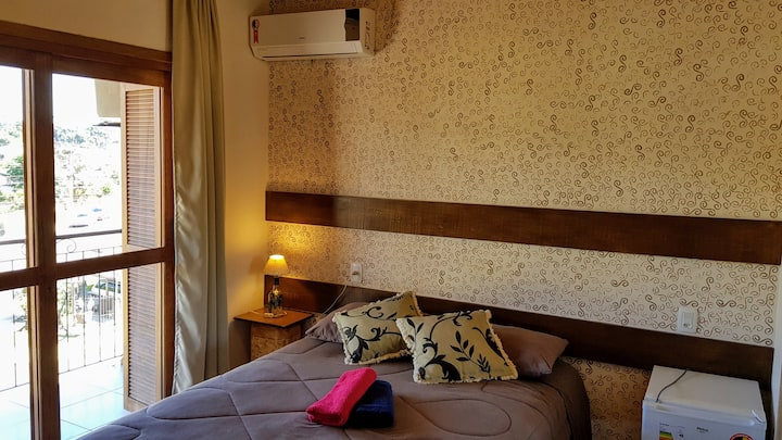 Apartamento com ar condicionado e varanda