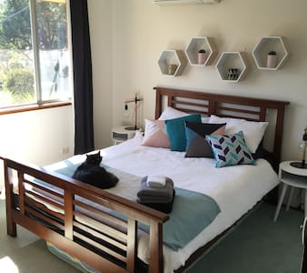 Fully furnished room in family home - Pennant Hills