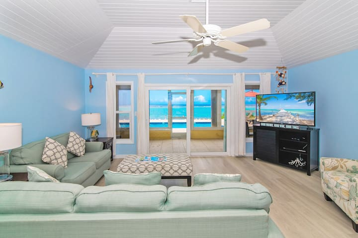 Thatch Hill: Snorkeling Haven w/ Oceanfront Pool & Private Beach in Rum Point