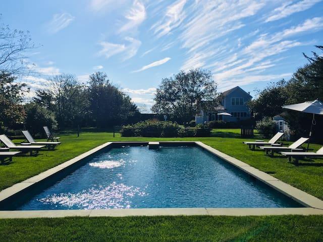 Bridgehampton designer farmhouse with pool