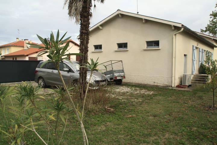 3 à 4 voitures peuvent stationner devant la maison