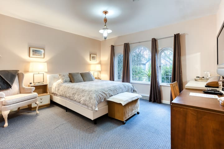 Comfy quiet bedroom/bath in friendly home near UBC