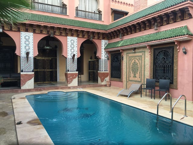 charmante villa avec piscine villas louer marrakech marrakech tensift al haouz maroc. Black Bedroom Furniture Sets. Home Design Ideas