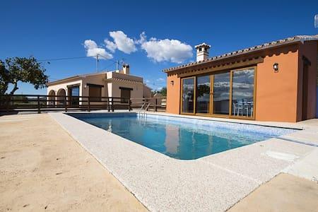 Casa con piscina en entorno rural.