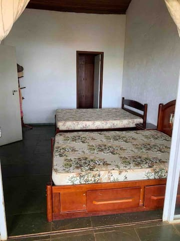Suíte 1 com duas camas de casal com Televisão e varanda