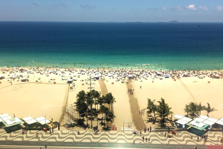 Nosso maravilhoso terraço panorâmico é um dos mais lindos de Copacabana, com vista de toda a extensão da praia, desde o Leme ao Posto 6 e vista do Corcovado.