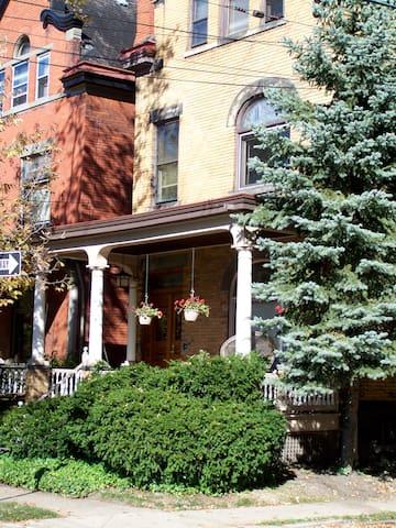 Ivy Treasure: Shadyside Victorian/Best location!