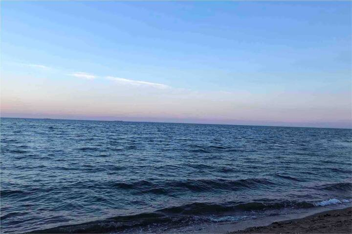 Spacious, comfortable & quiet getaway by the ocean