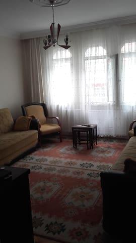 Istanbulun orta yerinde Haznedar Gungorende