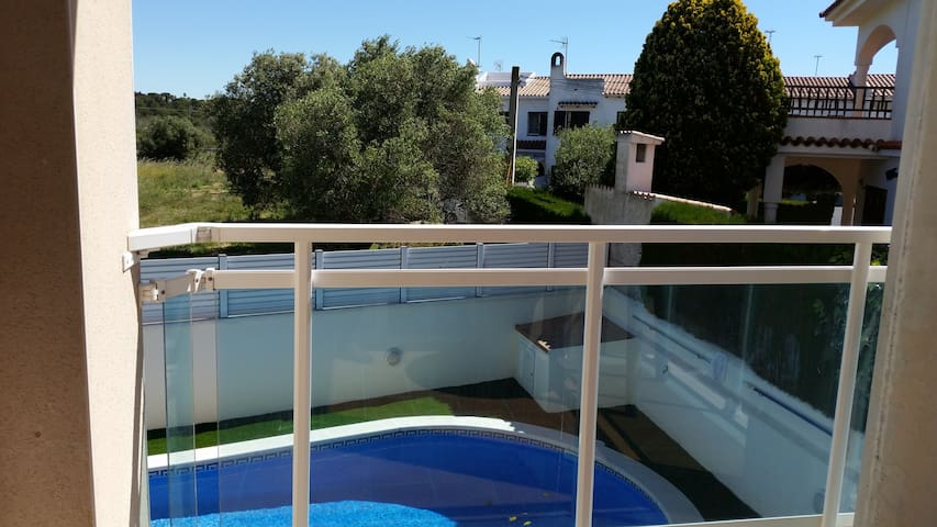 Apt w/ pool, balcony- beach at 200m