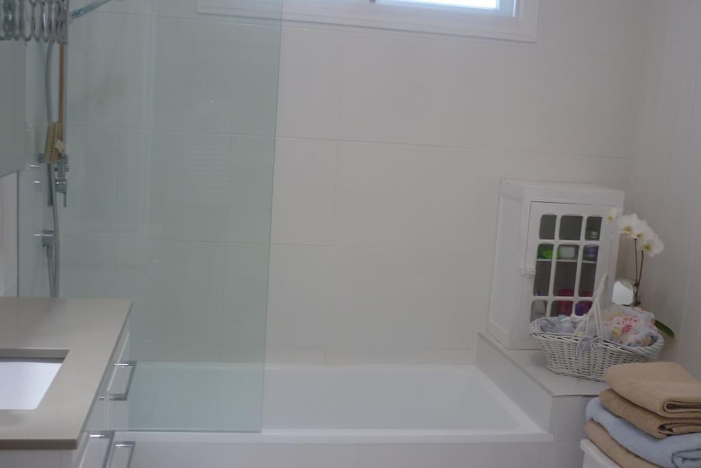 Bath & Shower, Fresh and Clean