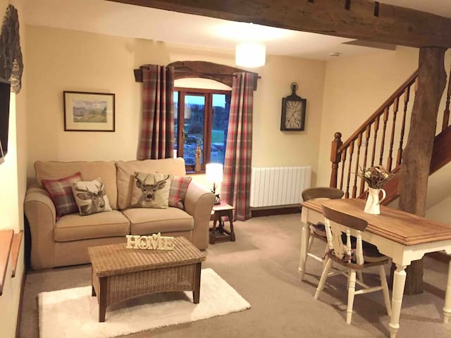 BARNSIDE COTTAGE     Cosy country retreat
