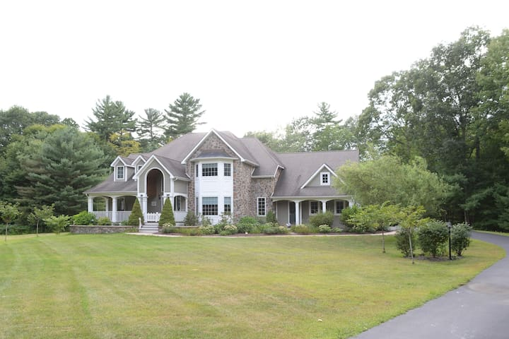 Magnificent and luxurious Family Retreat - Saratoga Springs