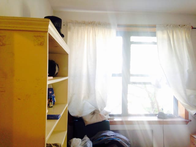 *BUDGET MONTHLY RENTAL* Sunny Room, Great Location