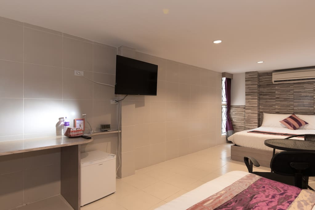 Well Equipped Apartment with HDTV, Refrigerator and Working Space!